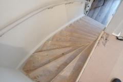 Trap 1e na tapijt verwijderen geschuurd. Later nog met staalplamuur glad gemaakt